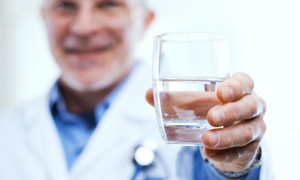 orvosok a vízfogyasztás mellett